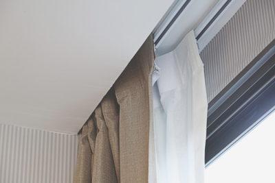 2つの天井付けカーテン