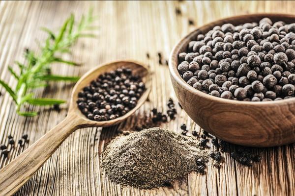 黒胡椒、粒と粉末、木製の食器