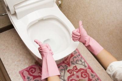 トイレでサムズアップ