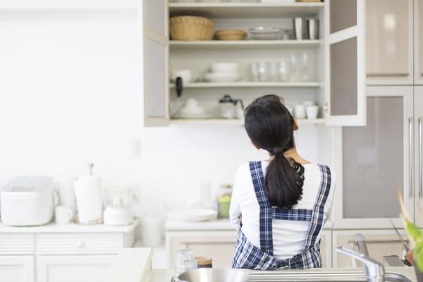 キッチンに立つ人の後ろ姿