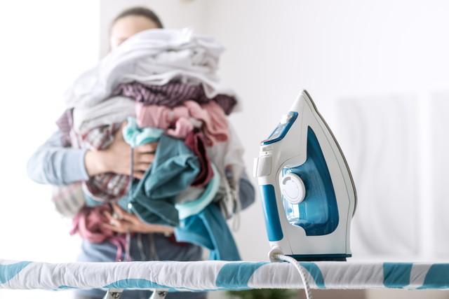 洗濯物を抱える女性