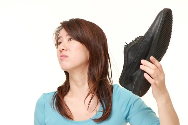 靴の臭いに顔を歪める女性
