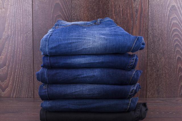木製の背景に折られたジーンズ