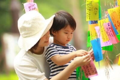 七夕竹に短冊を着ける親子