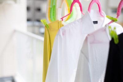 洗濯して干している衣類