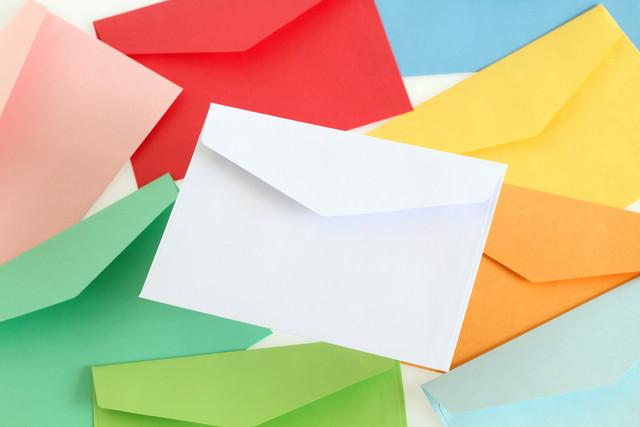 白い封筒とカラフルな封筒