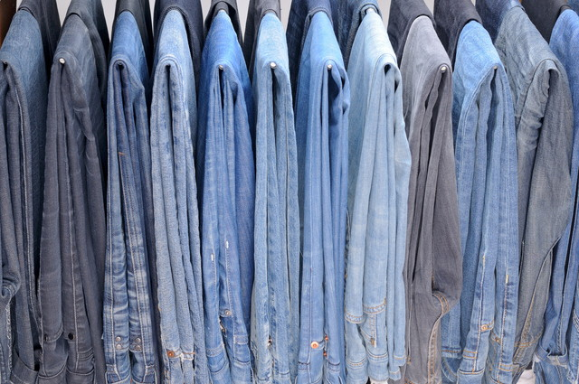 ハンガーに掛かっている色のジーンズ