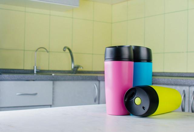 キッチンに置かれた水筒