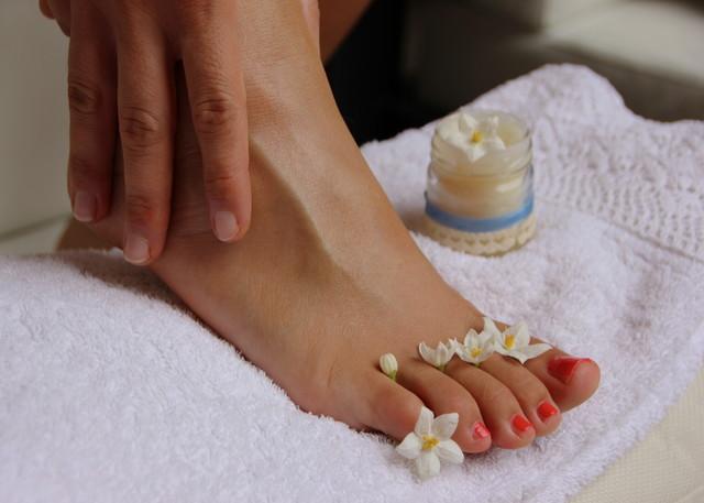 足の甲に置かれた蜜蝋