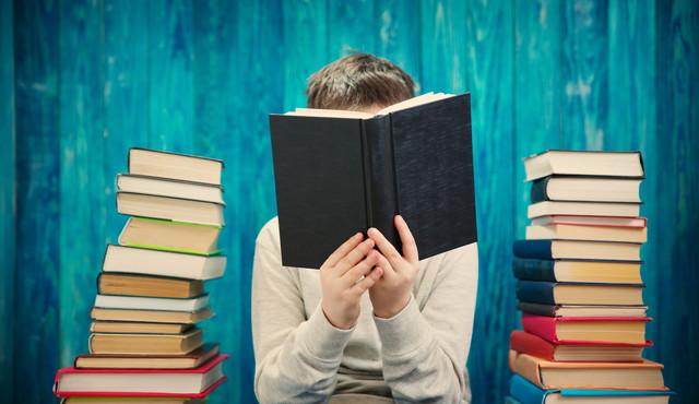 教科書を読んでいる子供