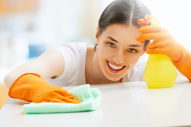 嬉しそうに掃除をする女性