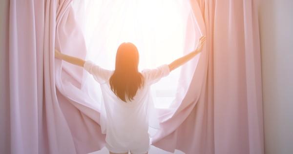 女性のオープニングカーテン