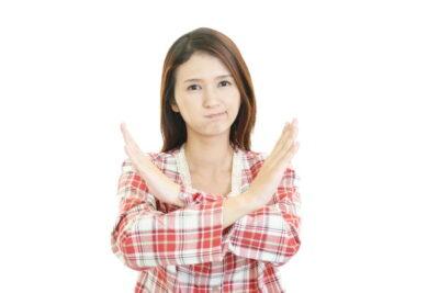 禁止の意思表示をする女性