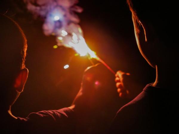 持ち花火をする二人の子供
