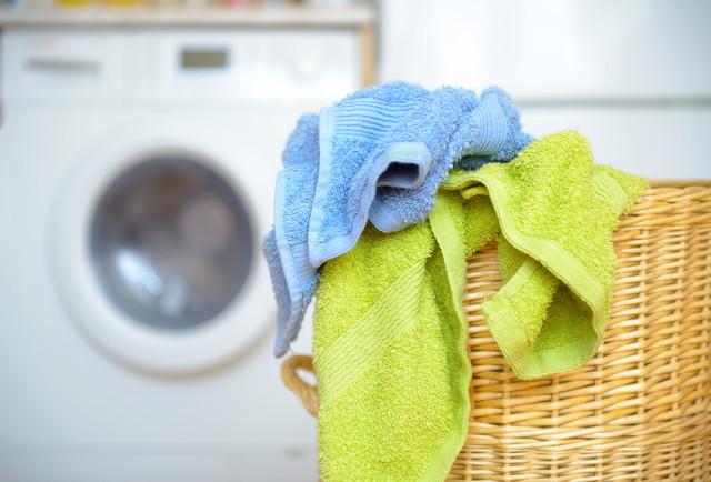 洗濯かごに入ったタオル
