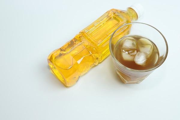 ペットボトルとグラスに麦茶