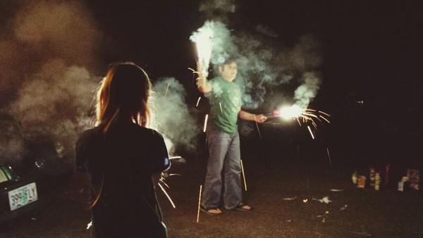 花火をしている若い男